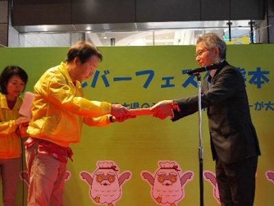 西島会長からシルバー応援大使の大田黒浩一様に任命書を贈りました。